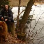 Das ChowChow - Mädchen Raya mit ihrer besten Freundin Anita und ihrem besten Freund Herbert genießt den Schnee im Bay. Wald. Natürlich sind sie bei der Linken.