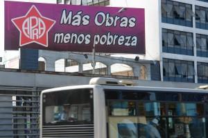 """Wahlplakat der sozialdemokratischen Opposition: """"Mehr Infrastruktur - weniger Armut"""""""