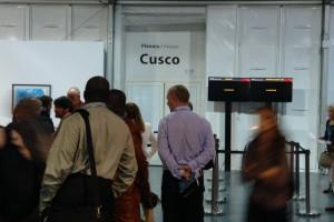 """Gipfelteilnehmer warten vor Plenar-Saal """"Cusco"""" auf Wiederaufnahme der stockenden Verhandlungen. Foto: privat"""