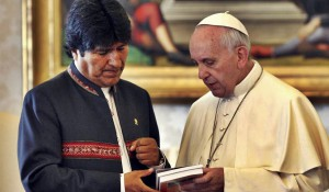 Franziskus, hier mit Boliviens linkem Präsidenten Evo Morales, war schon als Bischof in Argentinien Kapitalismus-Kritiker:einige der wichtigsten sozialen Verwerfungen, unter denen wir in Wirtschaft und Politik leiden, ein direktes Ergebnis des barbarischen Liberalismus sind (Foto: ABI)