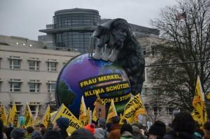 Kritik an Merkels schlapper Klimapolitik gab es auch bei der Demo vor der Pariser Klimakonferenz (Foto: Privat)
