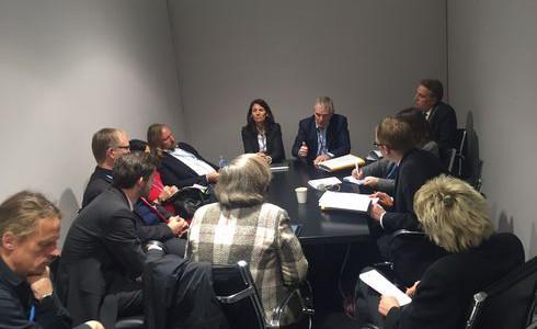 Staatssekretär Jochen Flassbarth erklärt den Klimapoker Foto: privat