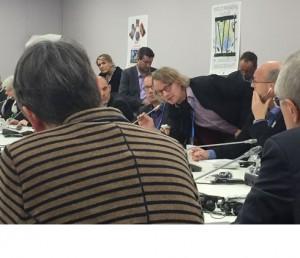 Im Rücken der Umweltministerin, Nick Reimer von Klimaretter bittet die SPD-Politikerin beim Pressebriefing um ihr Ohr (Foto: privat)