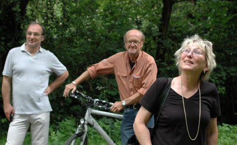 Die bayerische Bundestagsabgeordnete Eva Bulling-Schröter (Die Linke Ingolstadt) und Herbert Fuehr (Bund Naturschutz Erlangen, 2.v.l.) bei der Besichtigung schützenswerter Auwald-Reste in Alterlangen (Bild: Privat)