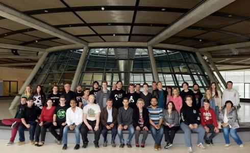 Die Besuchergruppe aus Bayern beim Fototermin mit Eva im Bundestag (Bild: Atelier Schneider, Berlin/BPA)