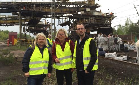 Die Linken-Abgeordneten Eva Bulling-Schröter und Birgit Wöllert mit Xabier Benito Ziluaga, Europaparlamentarier von PODEMOS als Beobachter an der Kohle-Verladestation vom Kraftwerk Schwarze Pumpe (Foto: Privat)